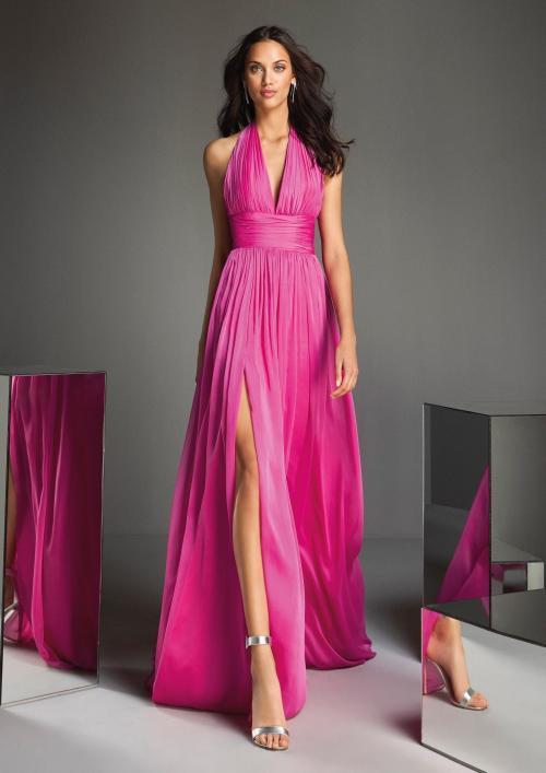 Etuikleid aus pinkfarbenem Satin mit drapiertem Neckholder-Ausschnitt von Pronovias
