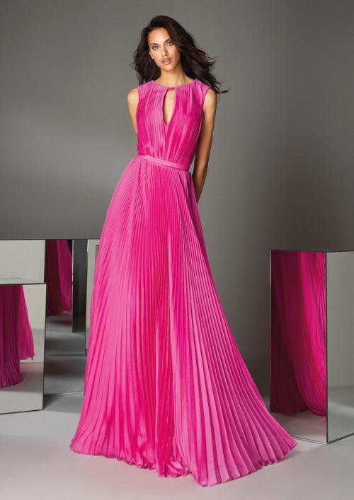 Plissiertes Kleid aus pinkfarbenem Satin mit Keyhole-Dekolleté von Pronovias