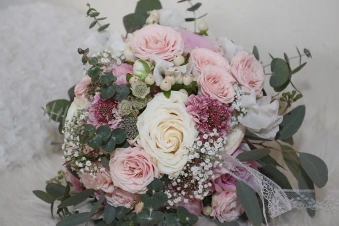 Strukturstrauß mir rosafarbenen und weißen Rosen