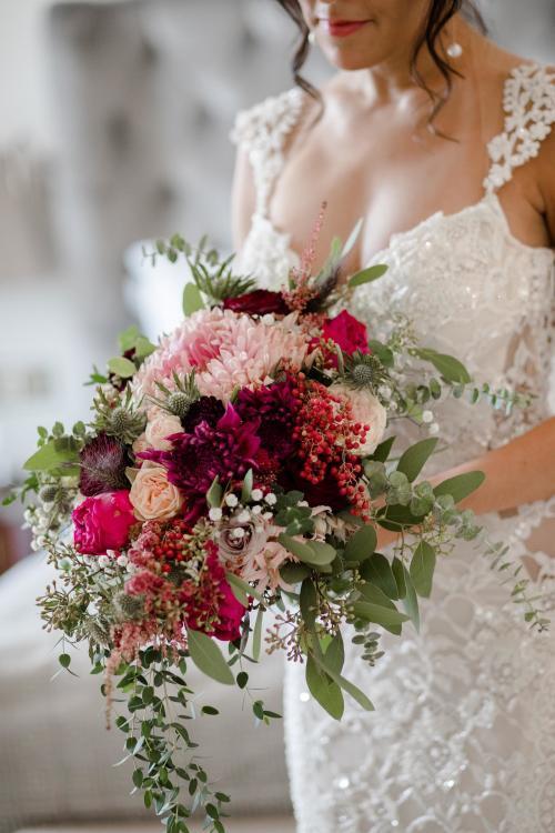 Strukturstrauß Hochzeit mit Stechpalme und Schleierkraut