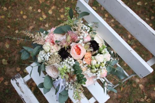 herbstlicher Brautstrauss mit verschiedenen Blumen
