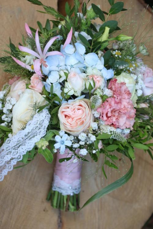 klassischer Brautstrauß mit Rosen und Frühlingsblumen