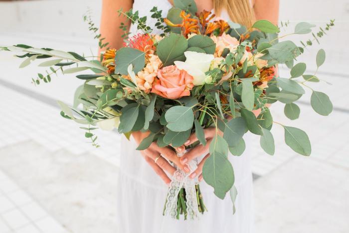 moderner Brautstrauß mit Rosen und Nadelkissen