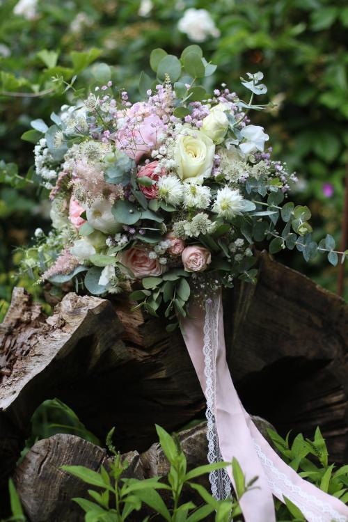 Brautstrauß strukturiert mit Ranunkeln und Schleierkraut