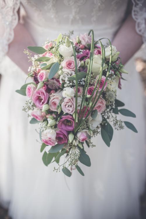 Wasserfall-Brautstrauß in Rosa und Creme