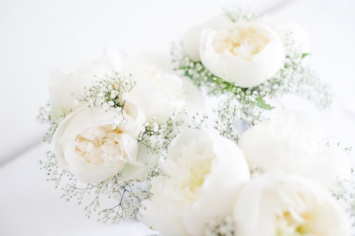 Sträuße aus Pfingstrosen und Schleierkraut für Brautjungfern