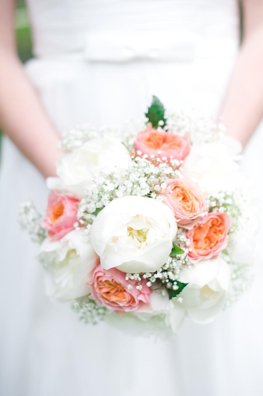 Brautstrauß aus Pfingstrosen, Rosen und Schleierkraut