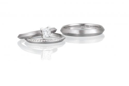 moderne, zierliche Trauringe und Verlobungsring aus Platin mit Diamanten