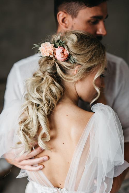 zauberhafte Brautfrisur mit Locken